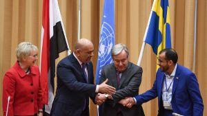 Handskakningar i Sverige efter fredsmöte om Jemen.