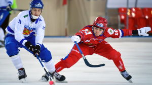 Markus Kumpuoja kämpar om bollen med  Almaz Mirgazov