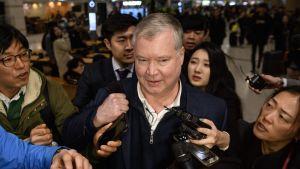 USA:s Nordkoreasändebud Stephen Biegun omgavs av journalister när han landade på  Incheons internationella flygplats i Sydkorea på söndagen.
