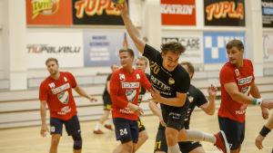 ÅIFK:s Niklas Manderoos i farten mot HIFK.