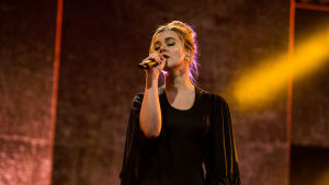 Vuoden 2013 tanskalainen viisuvoittaja Emmelie De Forest esittää kappaleen Only Teardrop.