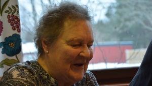 Ulla Ekblad, en dam med en svartvit mönstrad skjorta.