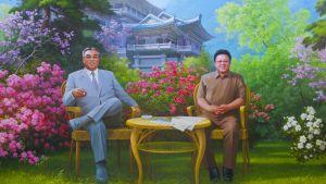 Kim Il-Jong ja Kim Song-il istuu kukkivassa puutarhassa Pohjois-Korealaisessa propagandamaalauksessa