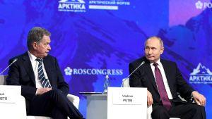 Sauli Niinistö och Vladimir Purin vid den arktiska konferensen i S:t Petersburg