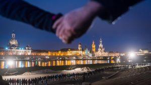 Invånarna i Dresden håller en minnesstund för förödelsen 1945 då staden förstördes av bombningar.