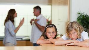 Föräldrar grälar och barnen ser ledsna ut.