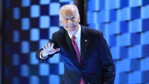 Joe Biden i rutmönstermiljö på demokratkonventet 2016
