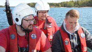 Sjöräddare utbildar nya besättningsmän att köra sjöräddningens båt.