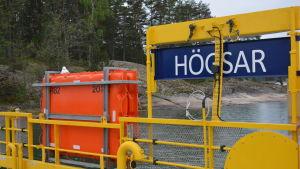 Bild från Högsar färja där skylten Högsar syns och en räddningsflotte.