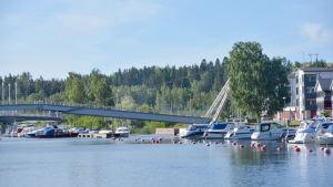 Borgå å en solig sommardag, båtar och bro