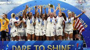 USA:s damer lyfter VM-pokalen
