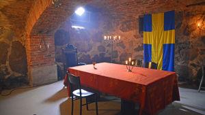 Ett matbord, Sveriges flagga på väggen.