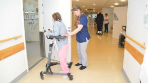 Heidi Sundman hjälper en patient på Hangö bäddavdelning.