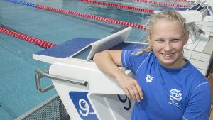 Laura Lahtinen visar framfötterna i sim-VM.