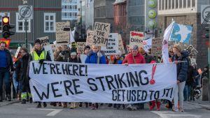 Hotellpersonal strejkar och demonstrerar i Reykjavik.