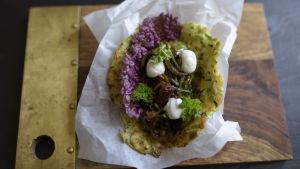 En  zucchinitortilla med fyllning