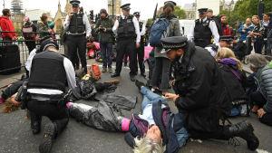 Polisen i London och klimataktivister.