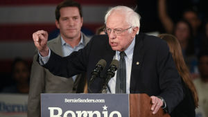 Bernie Sanders pitää puhetta kannattajilleen Iowassa.