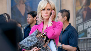 Gretchen Carlson (Nicole Kidman) talar i mobilen ute på gatan.