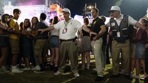 Richard Jewell (Paul Walter Hauser) står omringad av en massa människor.