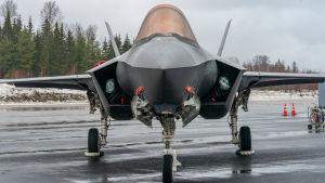 F-35 Lightning II-hävittäjä Satakunnan lennoston kentällä Pirkkalassa.