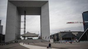 Stadsdelen La Défense i Paris ligger öde då coronaepidemin orsakar oro och begränsningar.