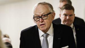 Martti Ahtisaari i kostym.