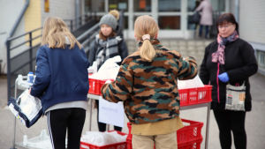 lapsi hakee kouluruokaa noutopisteestä Heinolassa maaliskuussa 2020