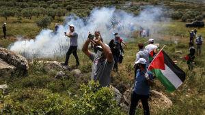 De palestinska protesterna mot Israels ockupation av Västbanken fortsatte under veckoslutet då minst en palestinsk yngling sköts ihjäl.