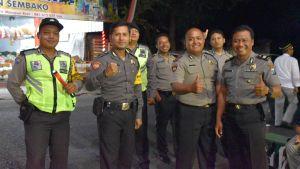 Sju indonesiska poliser står på rad i Indonesien. Två av dem visar tummen upp.