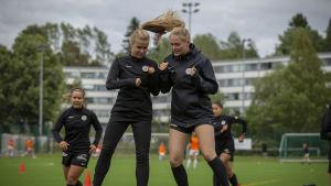 Jalkapalloilijat PK-35 naiset, hyppäävät ilmaan.