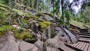 Trappor bredvid en urholkning i ett berg.