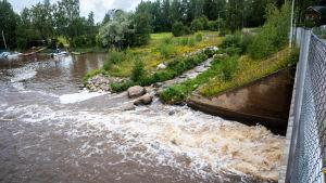 Fiskväg som förenas med en större å.