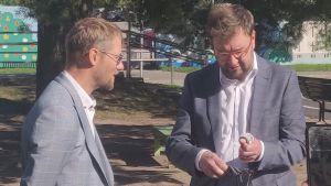 Trafikskyddets vd Pasi Anteroinen pratar med kommunikationsminister Timo Harakka.