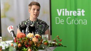 Jenni Pitko Vihreiden puoluekokouksen tiedotustilaisuudessa.