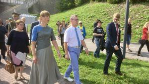 Estlands president Kersti Kaljulaid promenerar på promenaden längs med Narva-floden i staden Narva.