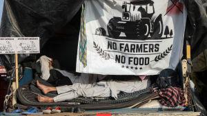 """""""Inga jordbrukare - ingen mat"""" - Jordbrukare vilar sig efter att ha deltagit i demonstrationer i Haryana, Indien 14.12.2020"""