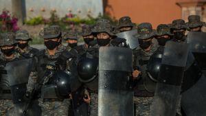 Guatemalanska soldater väntade på lördagen på migranter nära gränsövergången i El Florido.