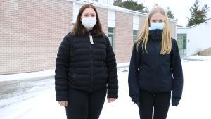 Två tjejer i munskydd.