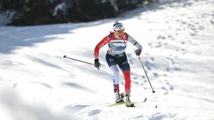 Norjan Therese Johaug hiihtämässä 30 kilometrin perinteisen kisaa Oberstdorfin MM-kisoissa 2021.