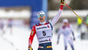 Simen Hegstad Krüger jublar över segern i världscupfinalen.