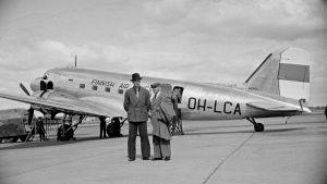 Två män som står framför ett flygplan på Malms flygfält 1947.