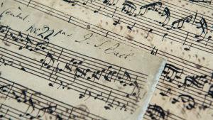 J.S. Bachin nuottikirjoitusta ja nimikirjoitus