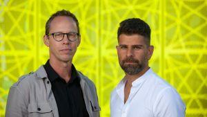 """Journalisten och författaren Markus Lutteman och polisen Hanif Azizi i samband med utgivningen av """"Förortssnuten"""". 2021."""
