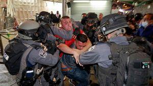 En palestinier grips av israeliska säkerhetsstyrkor i gamla stan i Jerusalem på söndag kväll.