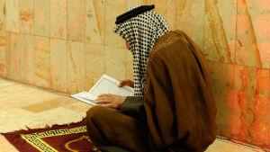 En man citerar Koranen, Irak.