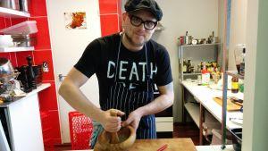Kokki Santeri Vuosara valmistaa vaniljasuolaa