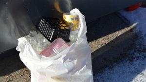 plastpåse med förpackningar i plast