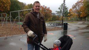 Pappa Johan med Olle, ett år, i vagnen.