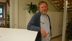 En man står vid en desk, han heter Marko Reinikainen.